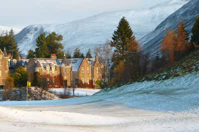 £220 for an Overnight Getaway + 5 Course Dinner & Bottle of Champagne for 2