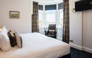 1 or 2 Nights + Fizz for 2