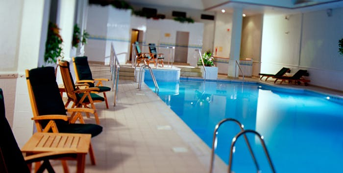 Couple 39 s spa day for Cheap hotels in glasgow with swimming pool